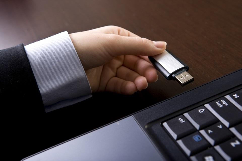 Imagem de Como remover vírus de pendrive que converte arquivos e pastas em atalhos no site TecMundo