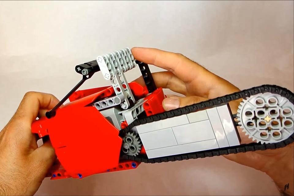 Imagem de O terror da criançada: veja esta serra elétrica feita inteiramente de LEGO no tecmundo