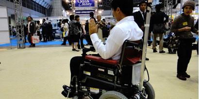 Imagem de Japoneses criam cadeira de rodas controlada por músculos faciais no site TecMundo