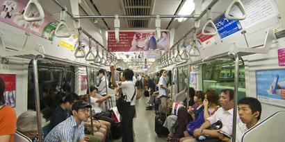 Imagem de Metrô de Tóquio tem alças com anúncios interativos para smartphones no site TecMundo