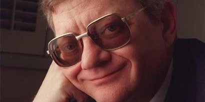 Imagem de Tom Clancy, autor de séries como Ghost Recon e Splinter Cell, morre aos 66 no site TecMundo
