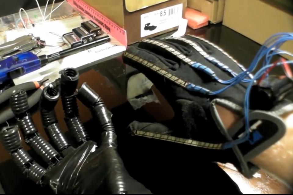 Imagem de Estudante de 19 anos desenvolve braço robótico de baixo custo no site TecMundo