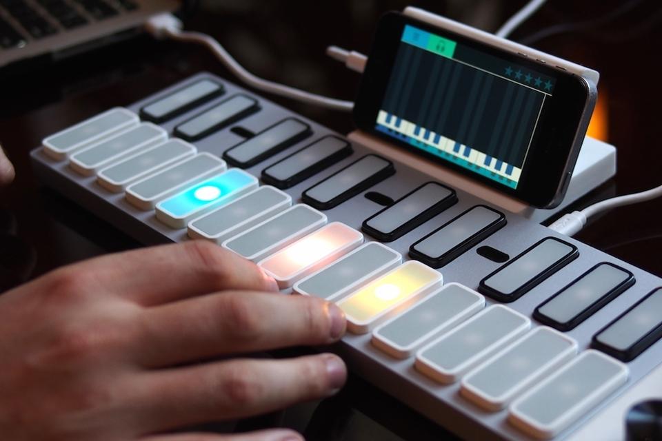 Imagem de Para DJs ou amadores: Keys ensina você a tocar teclado 'à la Guitar Hero' no site TecMundo
