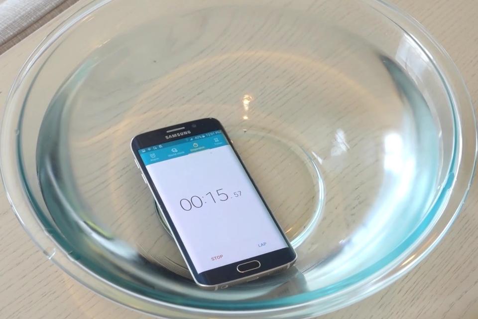 Imagem de Mesmo 'afogado' em água, Galaxy S6 edge funciona, mas com problemas [vídeo] no site TecMundo