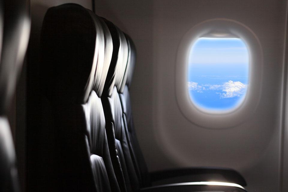 Imagem de Antes de decolagem, passageiro descobre que a janela do avião estava solta no tecmundo