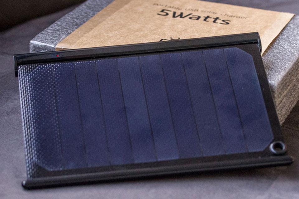 Imagem de Testamos o carregador solar portátil USB Solarade no tecmundo