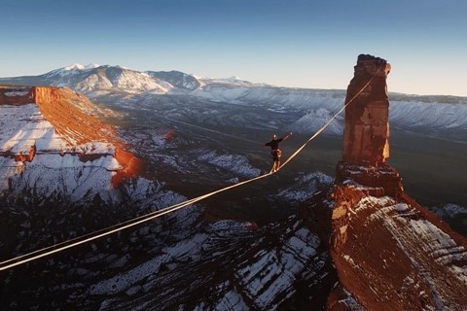 Imagem de Francês anda 500 metros em slackline a uma altura insana em deserto nos EUA no tecmundo