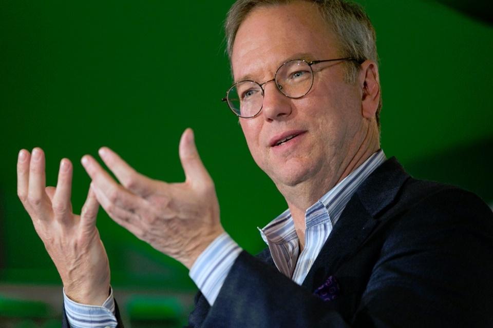 Imagem de Eric Schmidt, da Google, admite que tem e usa um iPhone no tecmundo