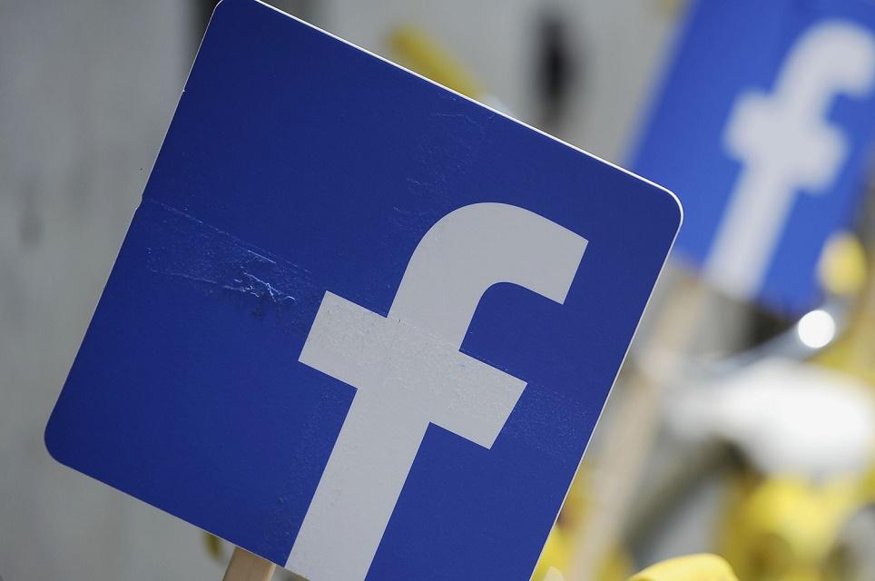 Imagem de Facebook já testa botão para GIFs em comentários  no tecmundo