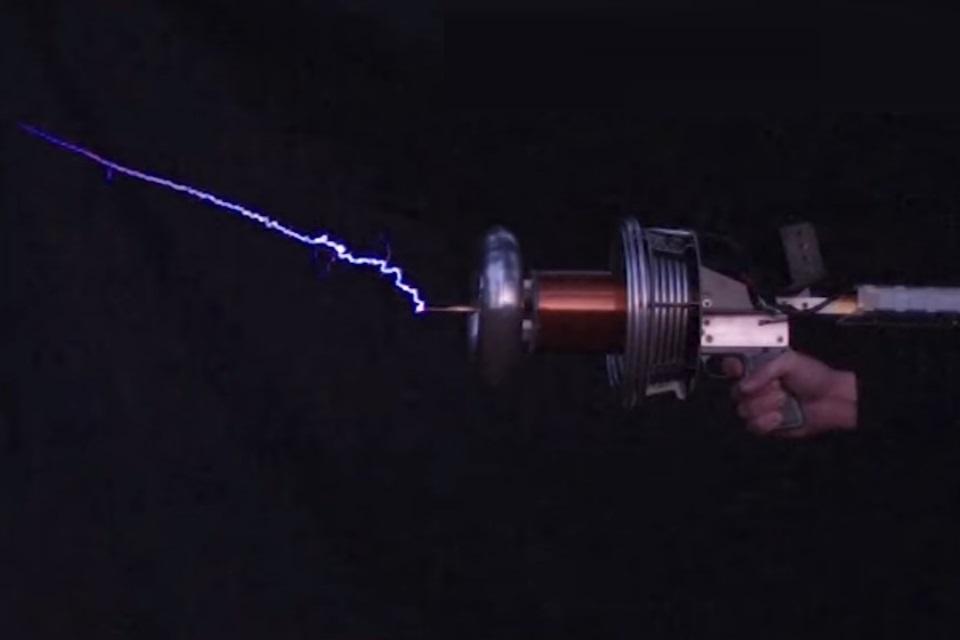 """Imagem de Um maluco conseguiu construir uma """"arma portátil"""" com uma bobina de Tesla no tecmundo"""