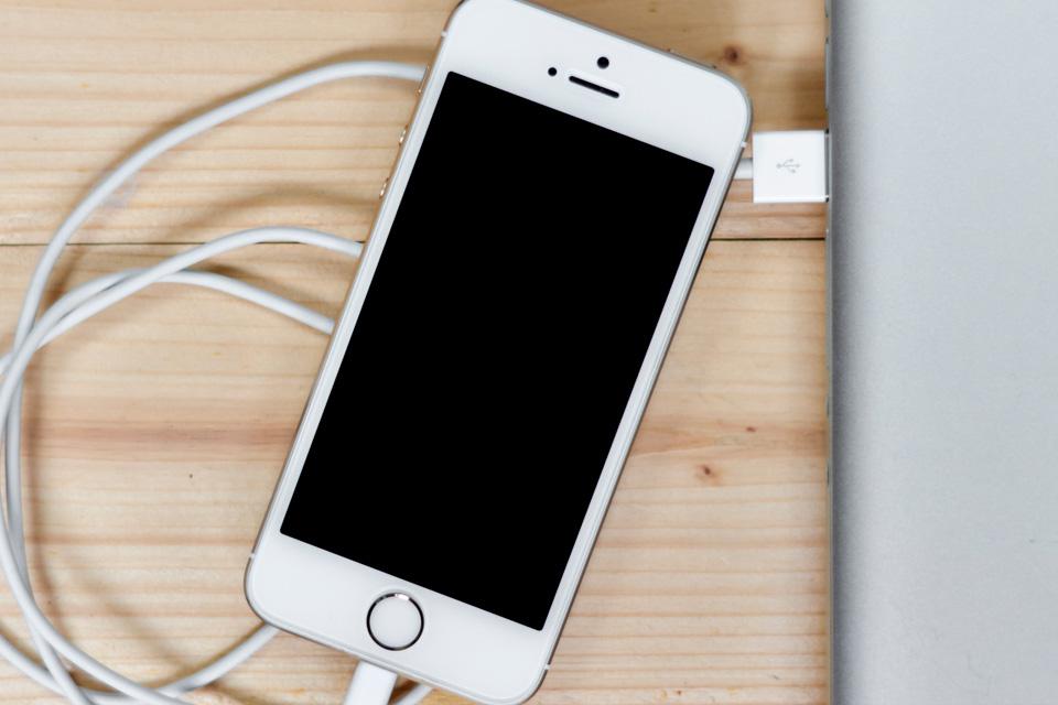 Imagem de Como diferenciar cabos de iPhone originais dos falsos no tecmundo