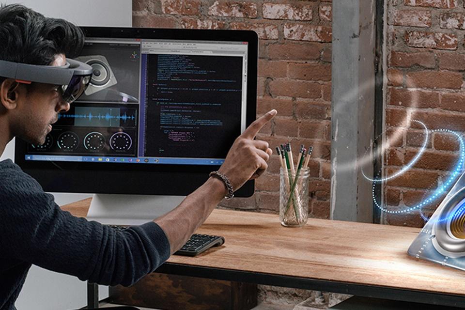 Imagem de Quando poderemos jogar com o HoloLens? Chefão do Xbox dá uma pista no tecmundo