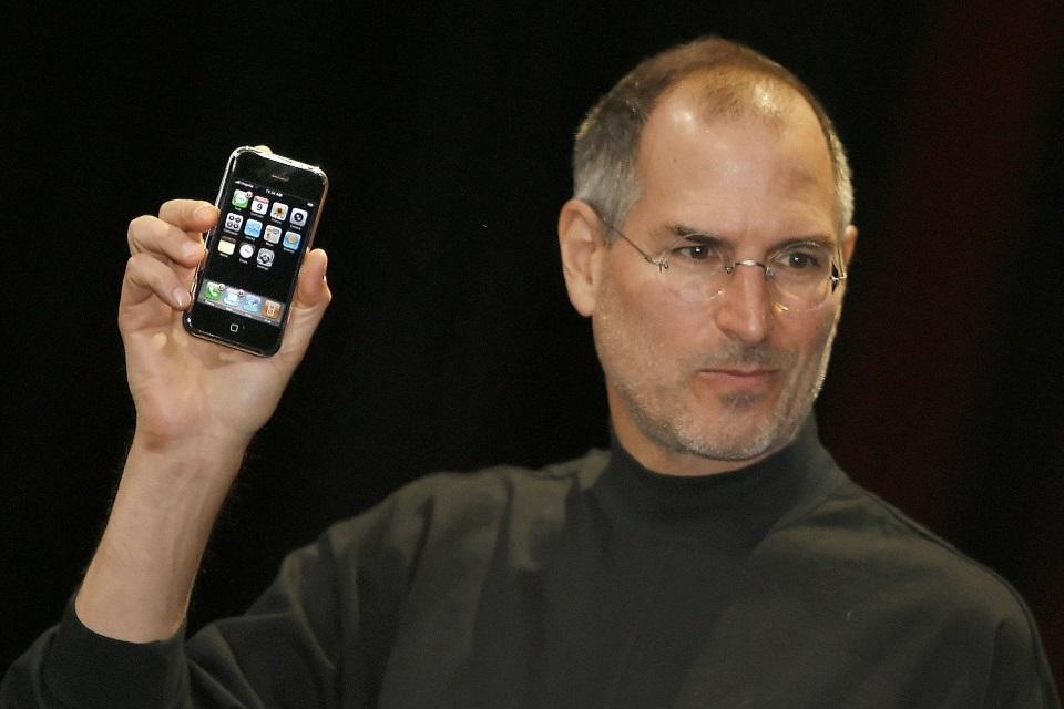 """Imagem de 10 anos depois: 4 frases do anúncio do iPhone que se tornaram """"pérolas"""" no tecmundo"""