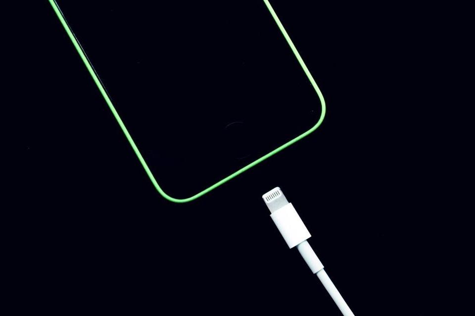 Imagem de Deixar o celular carregando durante a noite toda não danifica a bateria no tecmundo