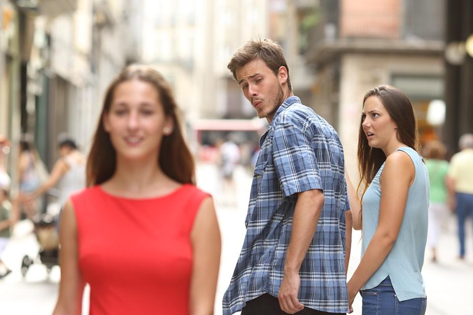 Imagem de De onde surgiu o meme do 'namorado distraído'? no tecmundo