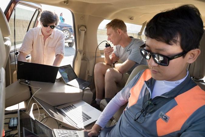 pessoas olhando para um laptop
