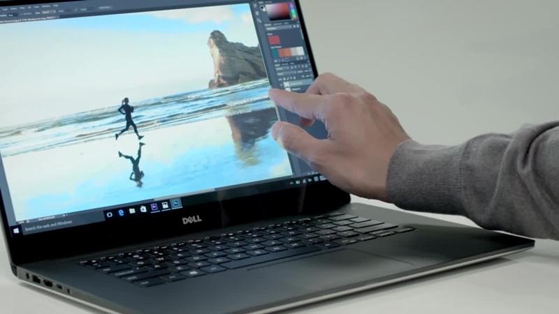 Um homem usando um laptop