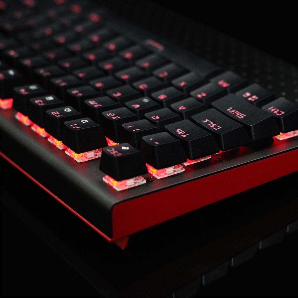 Um teclado preto e vermelho