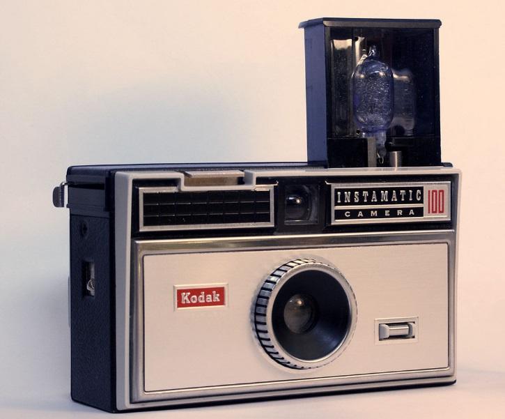 Uma máquina fotográfica.