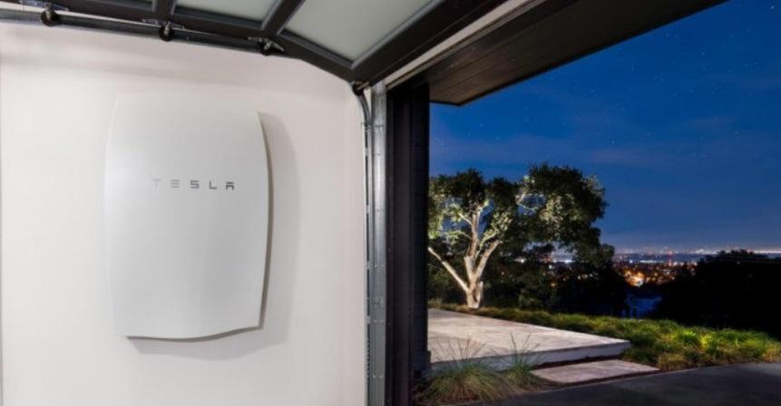 Tesla Powerwall em uma garagem