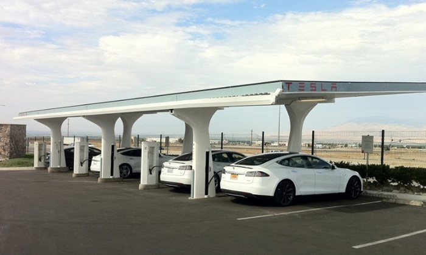 Uma Tesla Charging Station