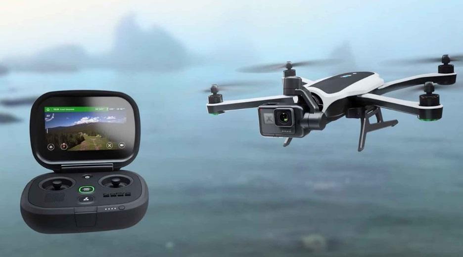 Um drone com controle remoto.