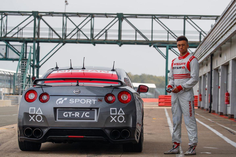 """Imagem de Nissan faz com que esportivo seja """"pilotado"""" com controle de PlayStation 4 no tecmundo"""