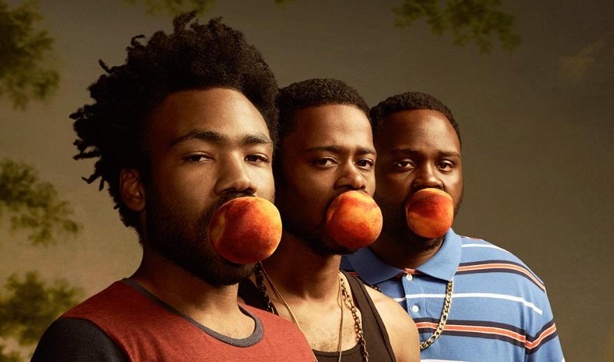 Três homens mordendo uma maçã.