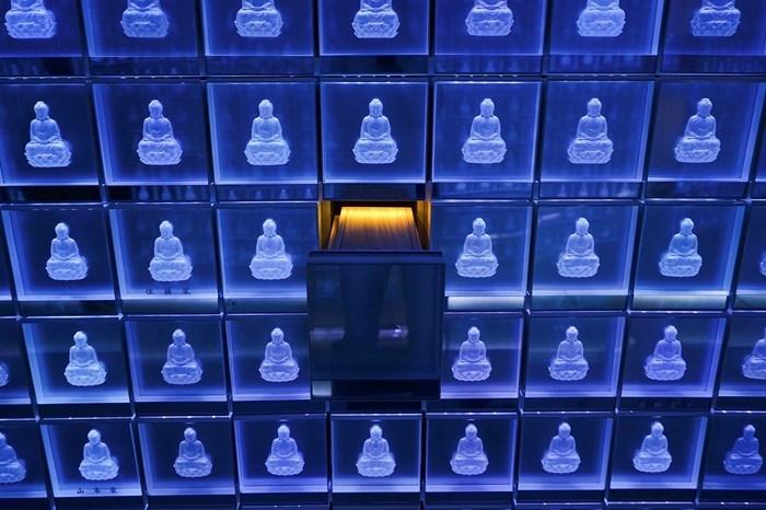 Cemitério iluminado budista