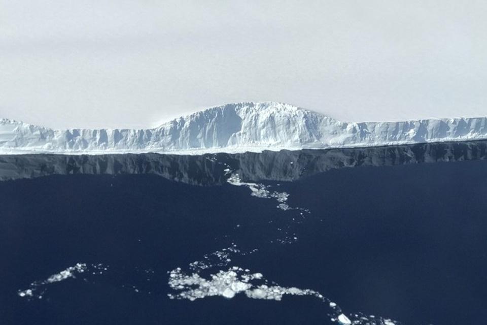 Imagem de Iceberg gigante que se desprendeu promove espetáculo gelado na Antártida no tecmundo