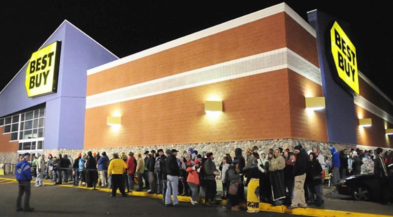 Pessoas em uma fila à noite.