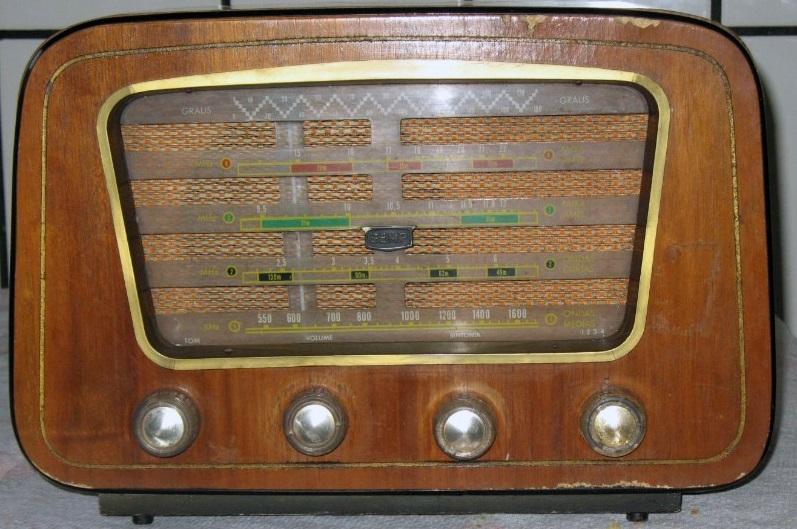 Um rádio antigo.