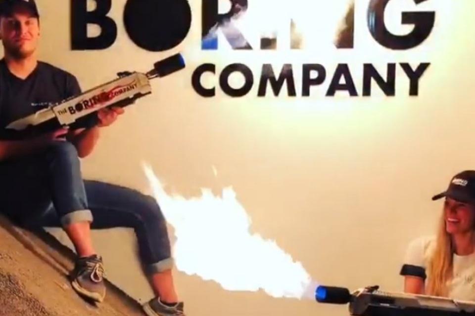 Imagem de Acha que o lança-chamas de Elon Musk é fake? Pois já existe um vídeo dele no tecmundo