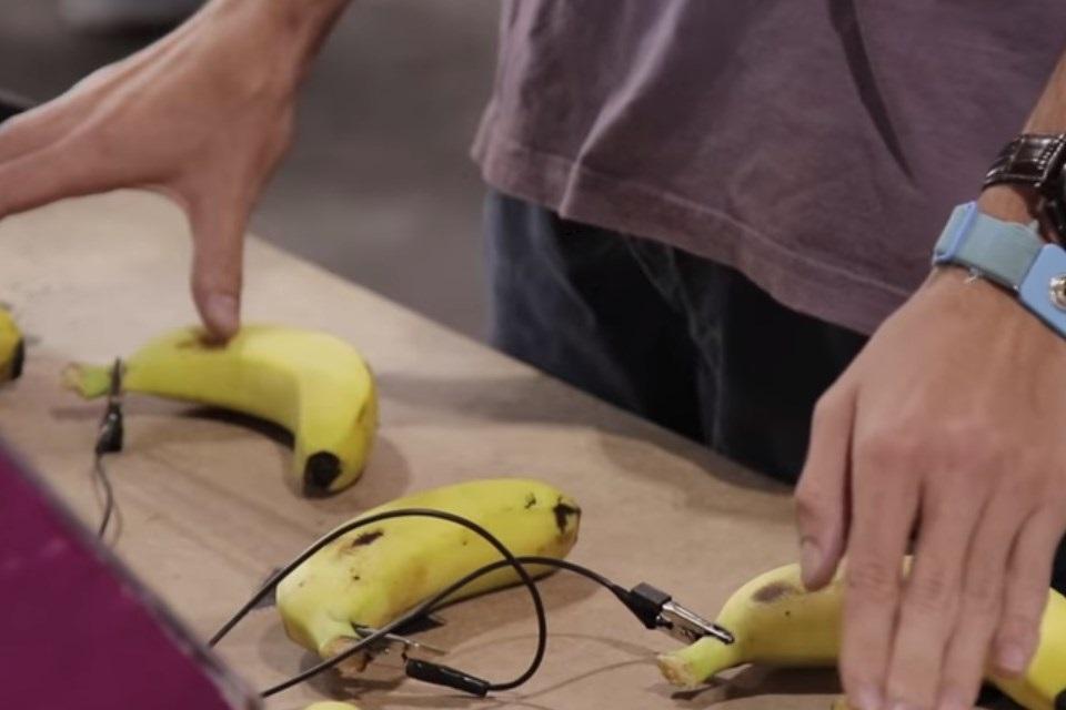 Imagem de Não dá pra ser mais Donkey Kong do que jogar o game com bananas [vídeo] no tecmundo