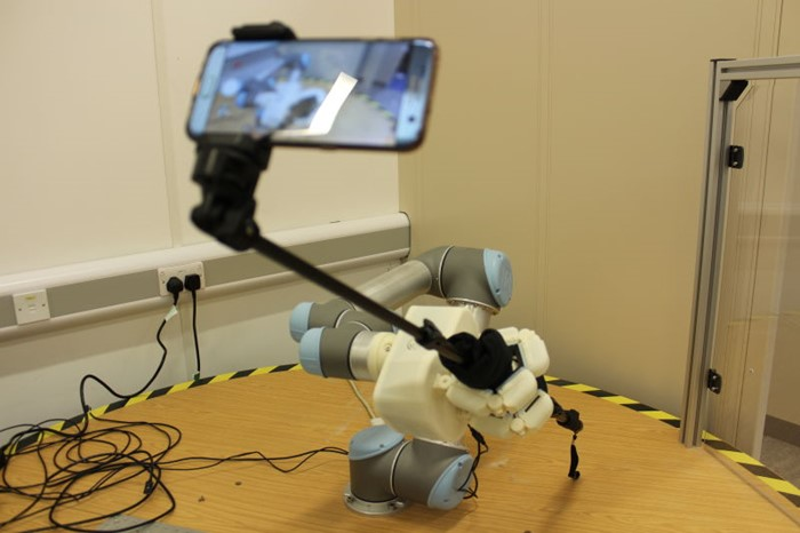 Robô fazendo uma selfie