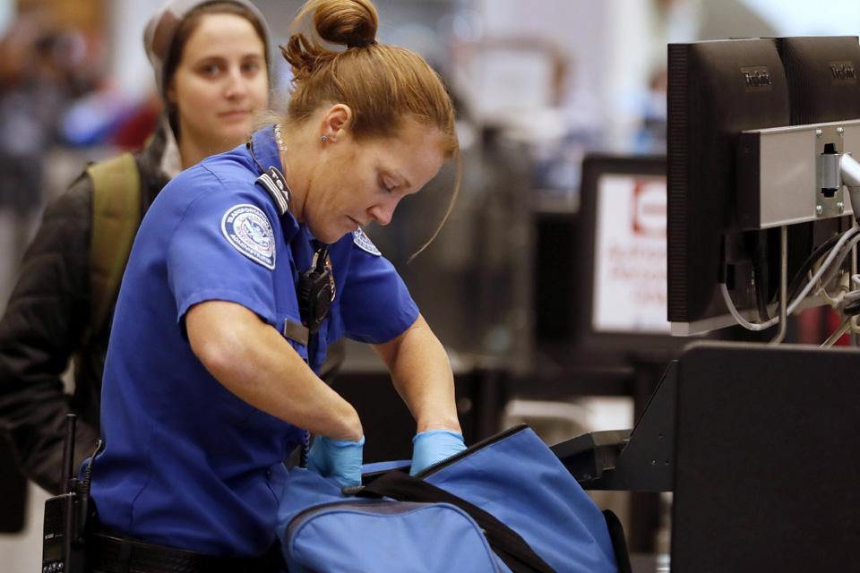 Imagem de TSA é acusada de inspecionar smartphones de passageiros sem mandado nos EUA no tecmundo