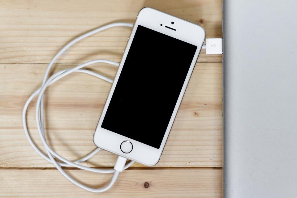 Imagem de iPhone deve ter proteção contra acesso não autorizado de policiais via USB no tecmundo