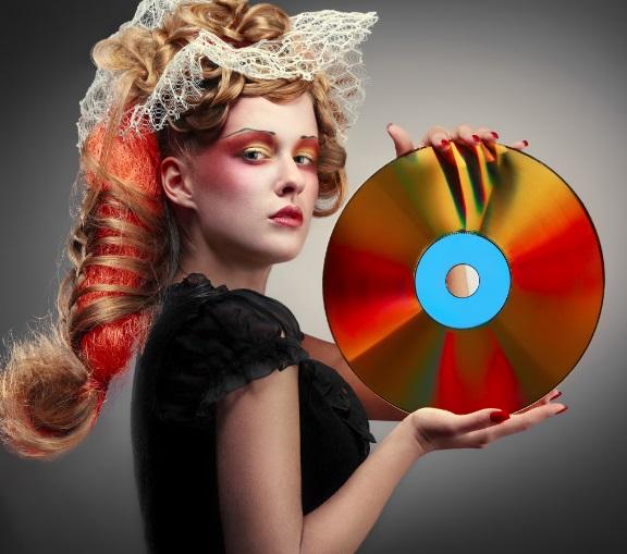 Uma mulher segurando um CD.