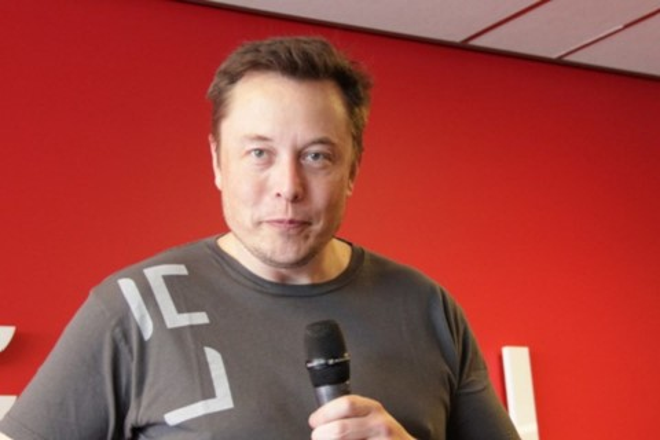 Imagem de Elon Musk critica jornais por noticiarem acidentes com carros da Tesla no tecmundo