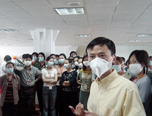 Pessoas com máscara.