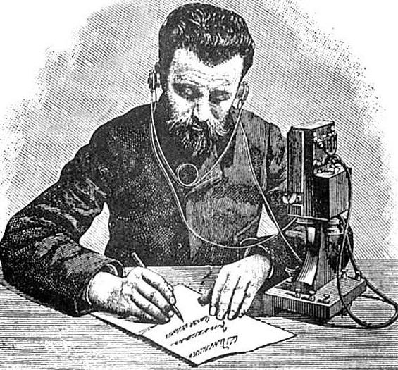 Uma pessoa escrevendo.