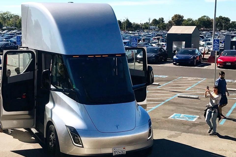 Imagem de Surpresa! Caminhão Tesla Semi aparece em fábrica e faz sucesso no tecmundo