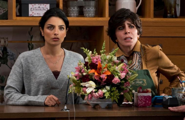 Duas mulheres e flores.