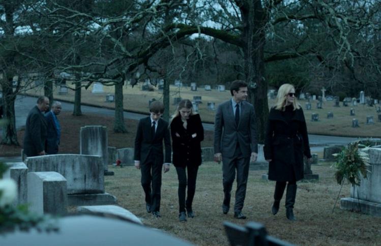 Pessoas em um cemitério.