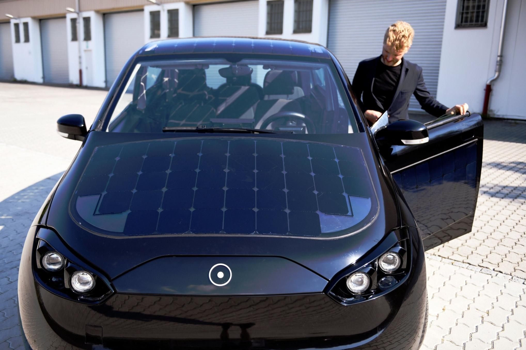 Imagem de Por que carros movidos a energia solar ainda não são viáveis? no tecmundo