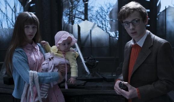 Três crianças.