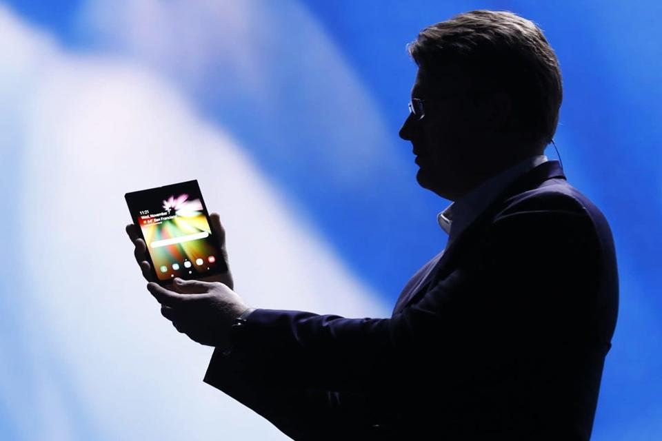 Imagem de Outdoor da Samsung sugere anúncio de smartphone dobrável em 20 de fevereiro no tecmundo