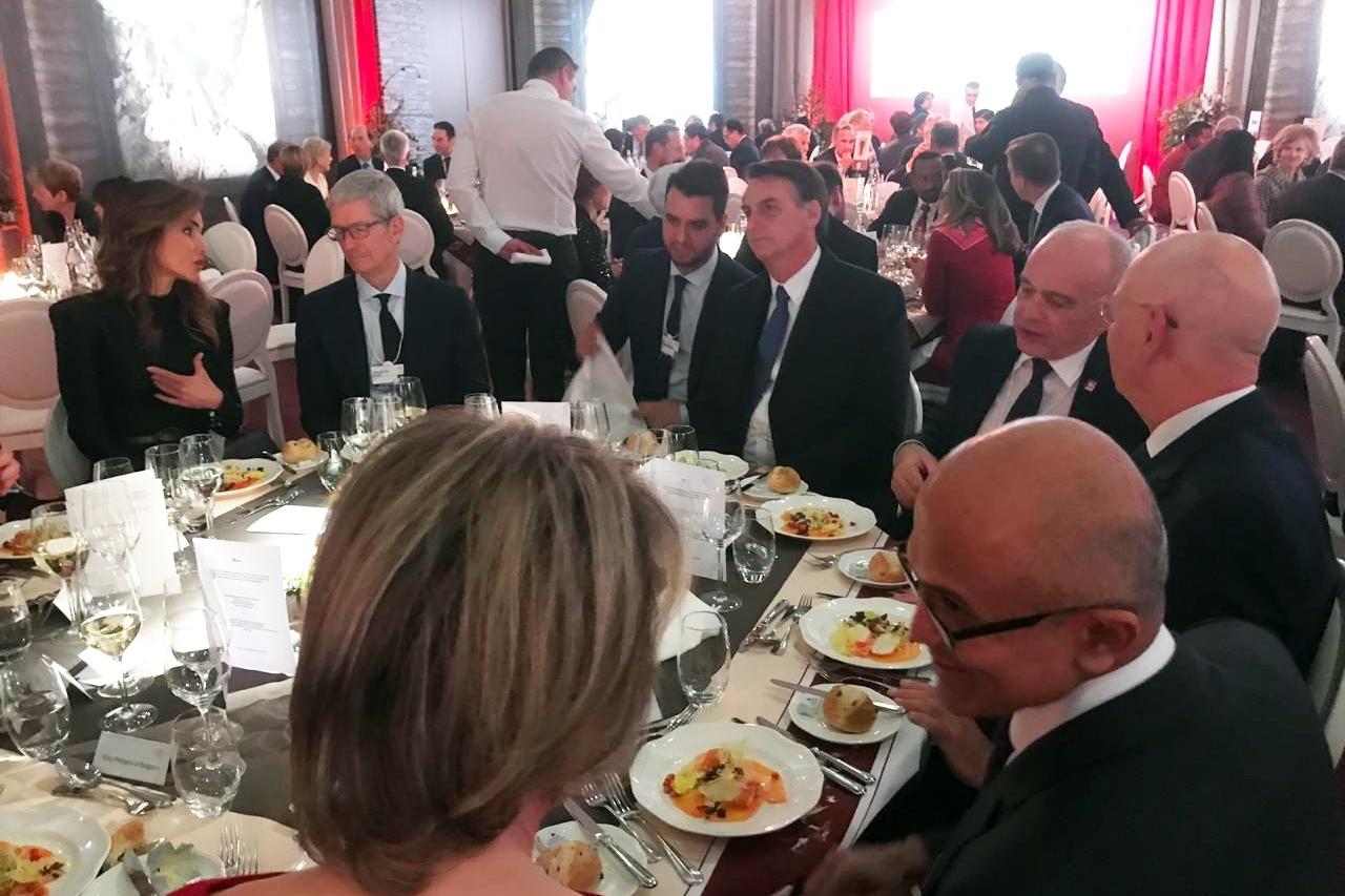 Imagem de Bolsonaro janta com Tim Cook e Satya Nadella em Davos no tecmundo