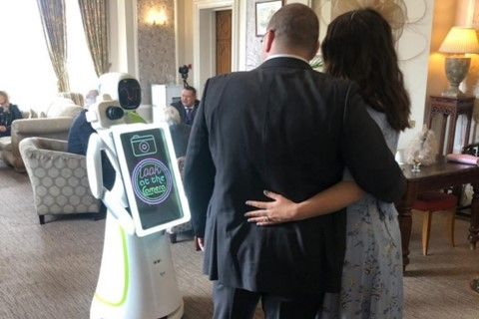 Imagem de Eva, o robô humanoide, atua como fotógrafa em casamento pela primeira vez no tecmundo
