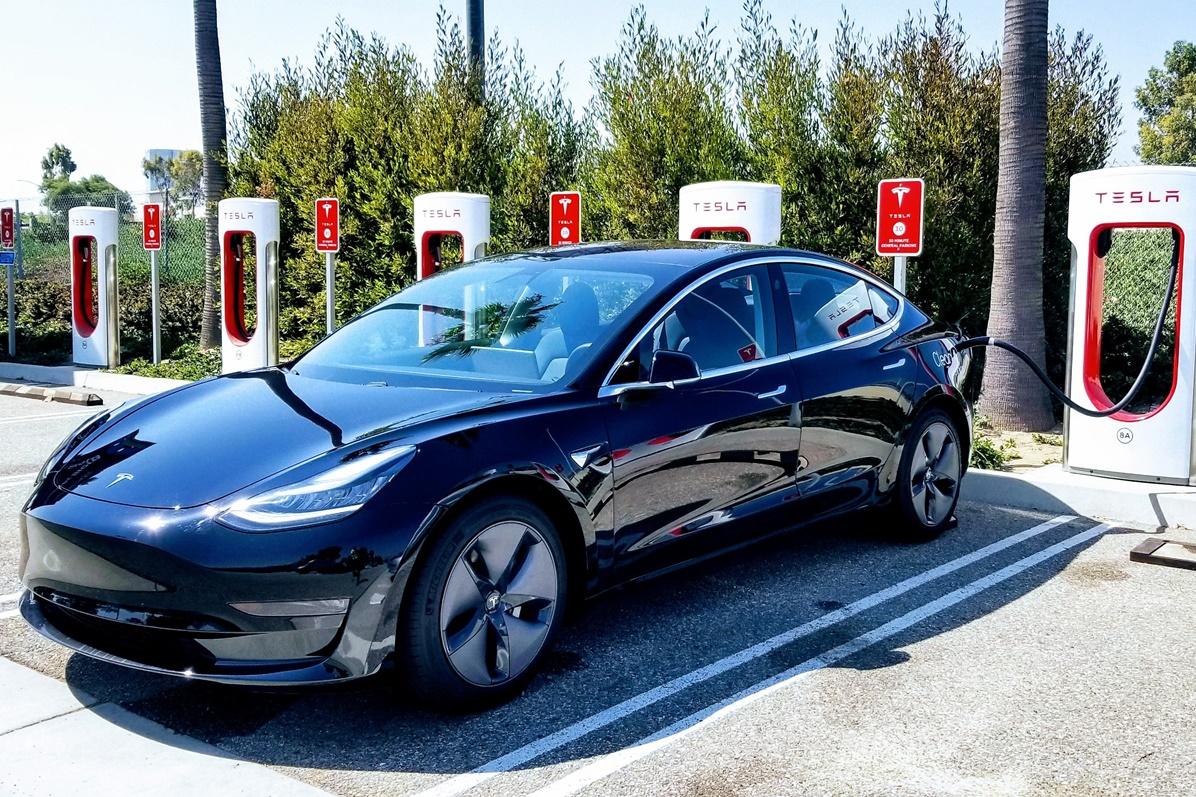 Imagem de Tesla registra US$ 702 milhões de prejuízo e deve perder mais dinheiro no tecmundo